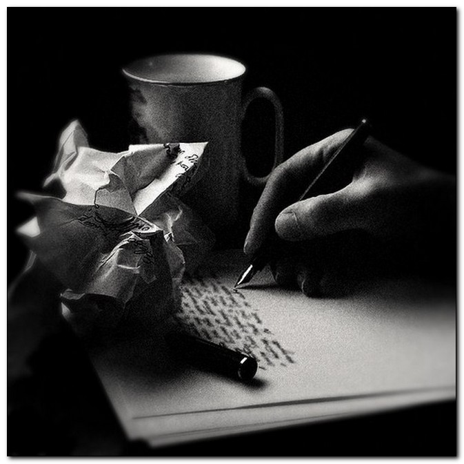 пишет рукопись