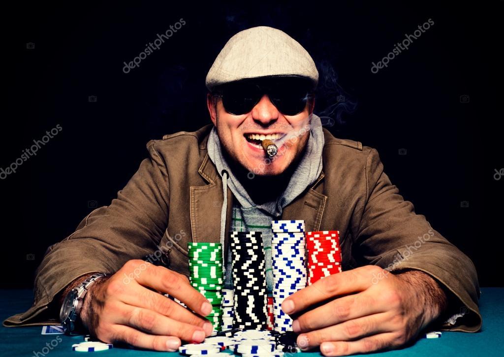 игрок курит сигару